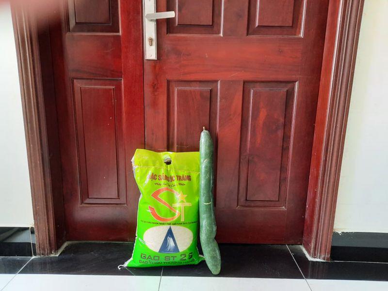 Giao dịch không tiếp xúc, người bán ở chung cư UDIC giao hàng ở cửa căn hộ cho người mua