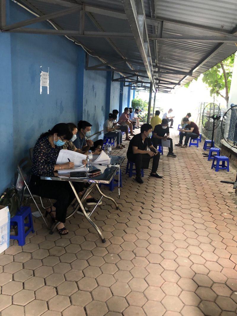 Cán bộ, hội viên phụ nữ quận Hoàng Mai tham gia hỗ trợ tại một điểm tiêm vắc-xin. Ảnh: HPN