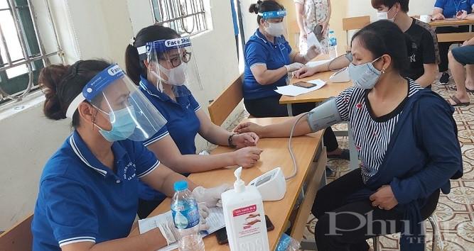 Chị em cán bộ hội viên phụ nữ Đông Anh còn tham gia hỗ trợ tại các điểm tiêm Covid-19 cho người dân để chung tay cùng với các cấp các ngành sớm  đẩy lùi dịch bệnh