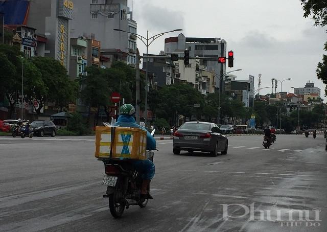 Ghi nhận tại ngã tư Trần Khát Chân - Võ Thị Sáu sáng 15/9 nhiều phương tiện xe máy và ôtô vượt đèn đỏ.
