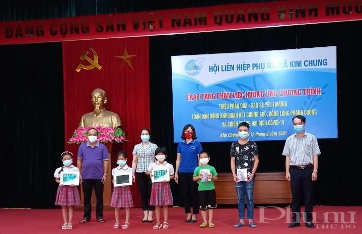Các đại biểu Hội LHPN huyện Đông Anh, xã Kim Chung tặng