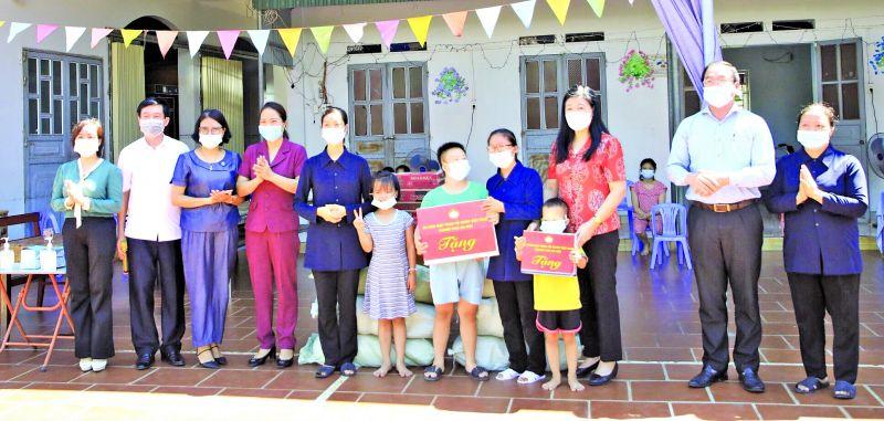 Đồng chí Nguyễn Lan Hương, Chủ tịch Ủy ban MTTQ Việt Nam TP trao quà cho trẻ em thiệt thòi tại một Mái ấm tình thương