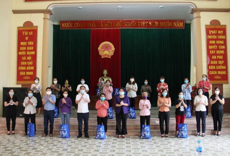 Đoàn công tác tặng quà cho 25 chị em phụ nữ công giáo tại xã An Phú, huyện Mỹ Đức.