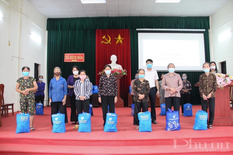 Đại diện lãnh đạo Hội LHPN Hà Nội và lãnh đạo Huyện ủy huyện Thanh Oai trao quà cho phụ nữ công giáo các xã có hoàn cảnh khó khăn trên địa bàn Thanh Oai.