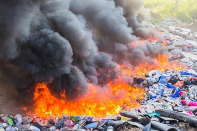Khói thải ra từ rác thải khiến môi trường trở nên tồi tệ hơn.