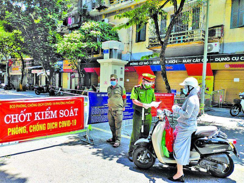 """Lực lượng liên ngành của phường Phố Huế kiểm tra giấy đi đường của người dân tại chốt """"mở"""""""
