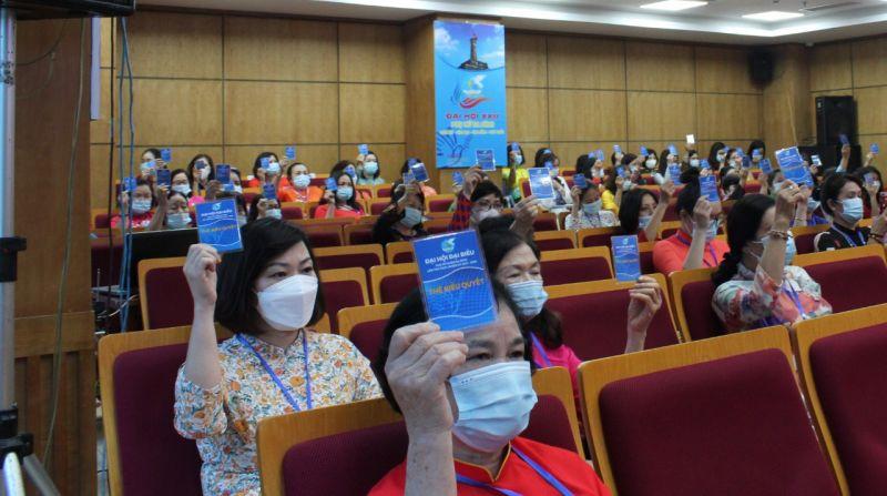 Ảnh: Các đại biểu tham dự Đại hội Đại biểu phụ nữ quận Ba Đình, nhiệm kỳ  2021- 2026  sử dụng thẻ đại biểu để biểu quyết.