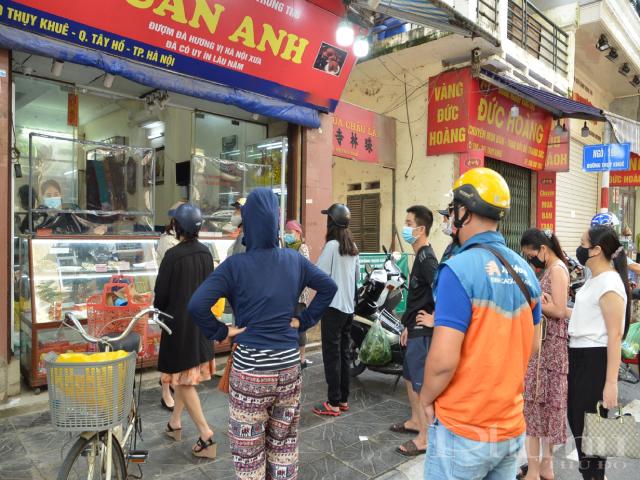 Năm nay, các ki-ốt bán bánh Trung thu không được tổ chức nên người dân tập trung khá đông tại các cửa hàng bán bánh truyền thống.