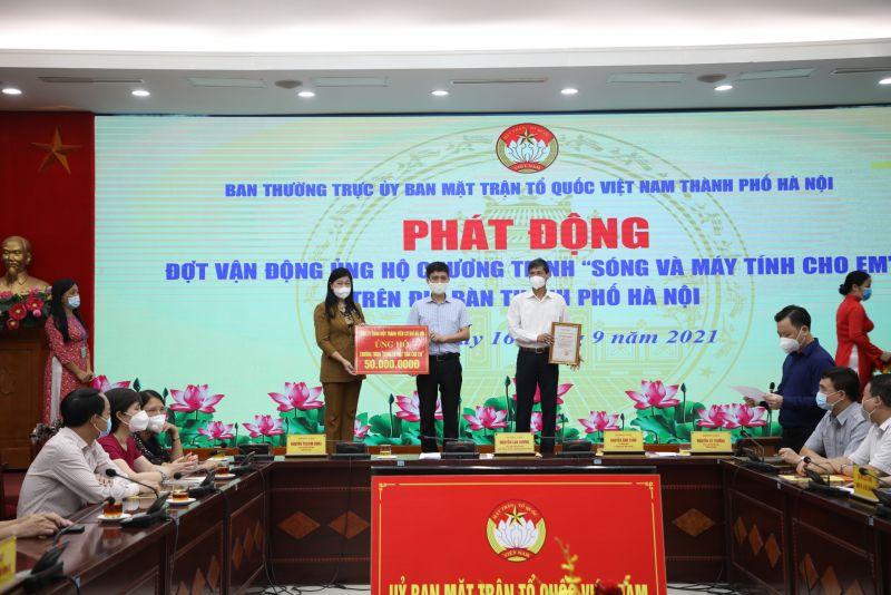 Đồng chí Nguyễn Thị Lan Hương, Chủ tịch UBMTTQ Việt Nam thành phố Hà Nội tiếp nhận ủng hộ của các đơn vị