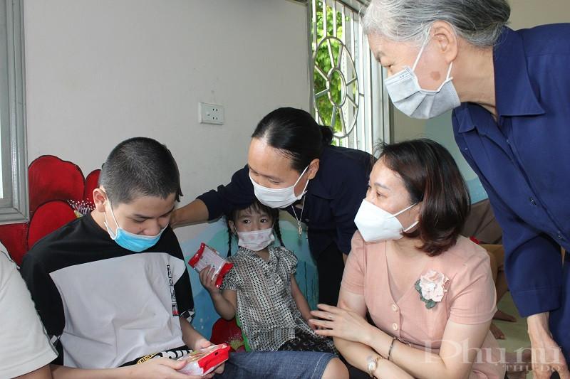 Đồng chí Phạm Thị Thanh Hương- Phó Chủ tịch Hội LHPN Hà Nội cùng các sơ tặng những chiếc bánh trung thu cho các em nhỏ nơi đây