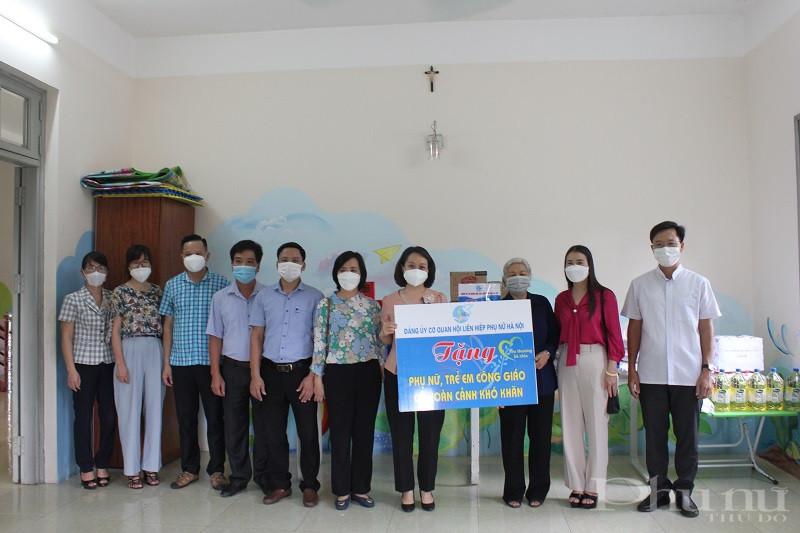 Tiếp đoàn công tác của Hội còn có các đồng chí lãnh đạo Hội LHPN huyện Phú Xuyên, lãnh đạo xã Tri Thủy và dịp này Hội LHPN huyện cũng có các phần quà gửi tới Trung tâm
