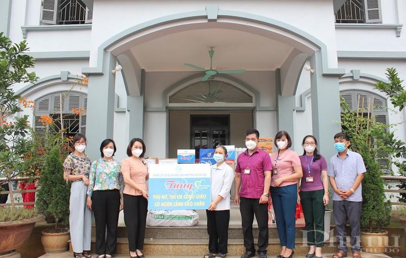 Đồng chí Phạm Thị Thanh Hương- Phó Chủ tịch Hội LHPN Hà Nội cùng các thành viên trong đoàn công tác tặng quà cho phụ nữ khó khăn tại Mái ấm nhà dòng Kẻ Nghệ