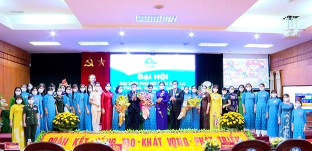 Các đồng chí lãnh đạo tỉnh tặng hoa chúc mừng Ban Chấp hành Hội Phụ nữ tỉnh Sơn La khóa XIII