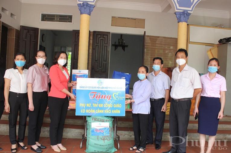 Đồng chí Lê Kim Anh - Bí thư Đảng Đoàn- Chủ tịch Hội LHPN Hà Nội cùng Đoàn công tác đã tặng quà tại Mái ấm Thiên Ân , xã Tân Xã, huyện Thường Tín