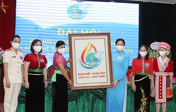 Chủ tịch Hội LHPN Việt Nam Hà Thị Nga tặng Đại hội bức tranh biểu trưng Đại hội đại biểu phụ nữ toàn quốc XIII làm bằng hạt gạo