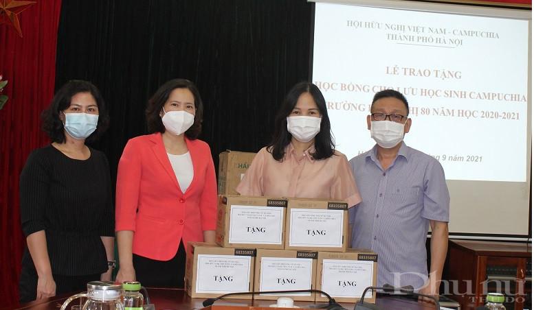 Đoàn công tác cũng đã tặng quà bao gồm nhu yếu phẩm: nước sát khuẩn , khẩu trang