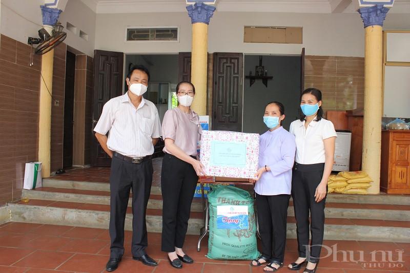 Hội LHPN huyện Thạch Thất tặng quà cho các sơ và các cháu nhỏ tại đây.