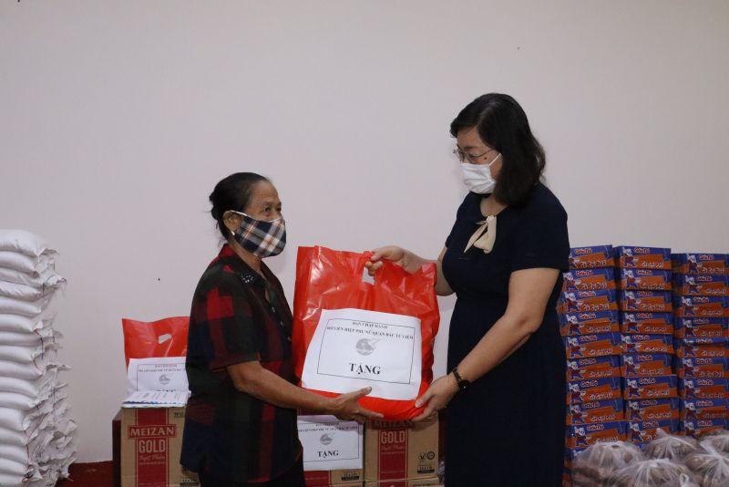 Bà Bùi Thị Trinh, Chủ tịch Hội LHPN quận Bắc Từ Liêm tặng quà cho một hội viên khó khăn trên địa bàn
