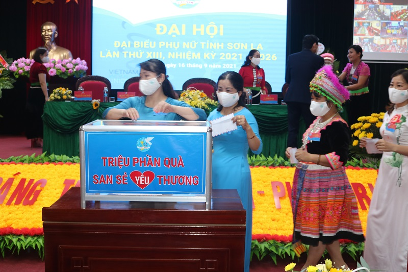 Các địa biểu tham sự Đại hội tham gia ủng hộ chương trình Triệu phần quà san sẻ yêu thương