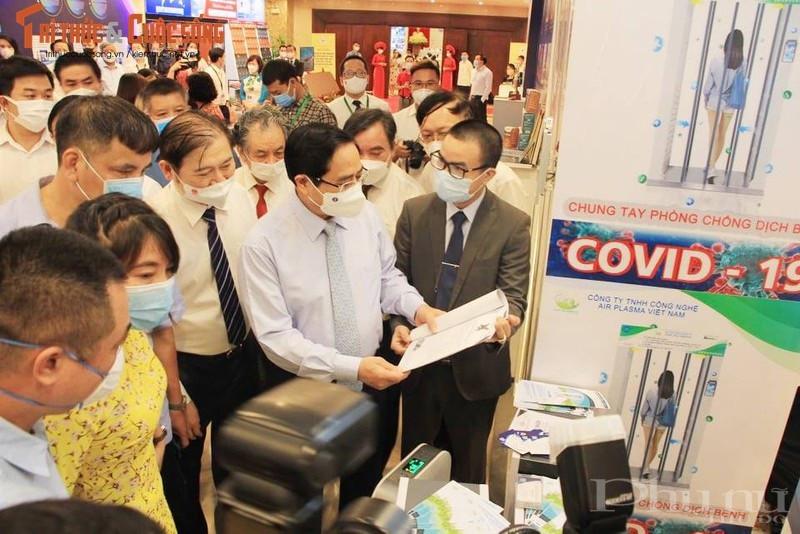 Thủ tướng thăm không gian trưng bày sản phẩm, thành tựucông nghệ.