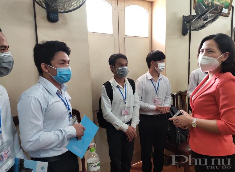 Các em học sinh cảm động trước tình cảm của các cô, các chị trong tổ chức Hội LHPN Hà Nội, của Hội Hữu nghị Việt Nam - Campuchia đã tới thăm và tặng học bổng nhân dịp năm học mới và hứa sẽ học tập tốt hơn nữa trong thời gian tới tại Hà Nội