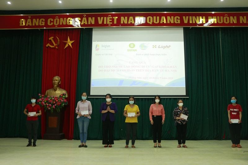 Các đồng chí lãnh đạo Hội LHPN Hà Nội, Hội LHPN quận Hoàng Mai tặng quà cho nữ lao động di cư tại quận Hoàng Mai