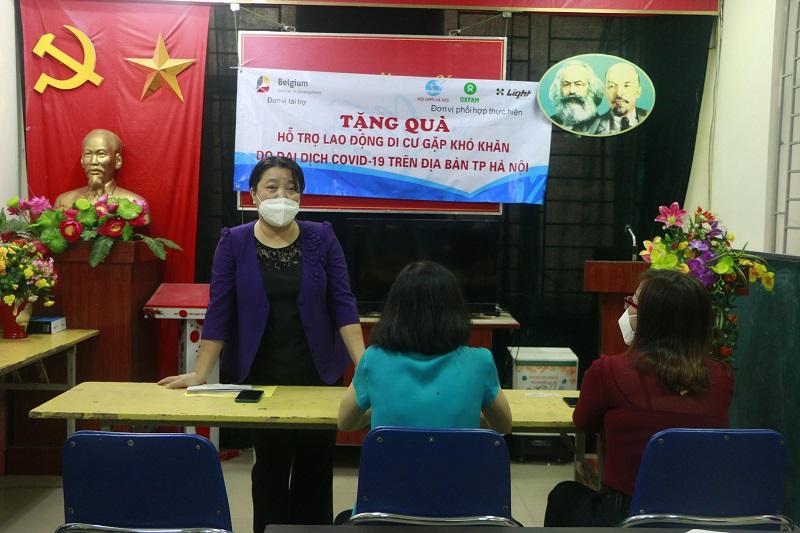Đồng chí Nguyễn Thị Thu Thủy, Phó Chủ tịch Thường trực Hội LHPN Hà Nội phát biểu tại buổi tặng quà tại quận Hoàn Kiếm