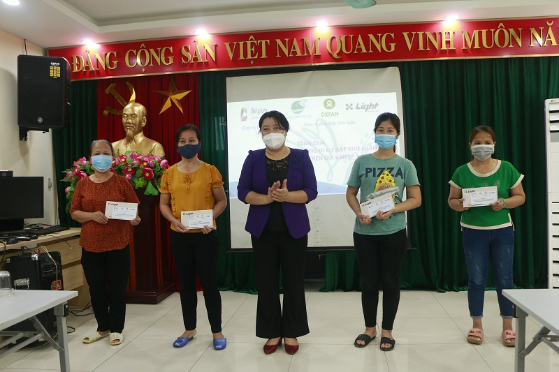 Đồng chí Nguyễn Thị Thu Thủy, Phó Chủ tịch Thường trực Hội LHPN Hà Nội trao quà cho nữ lao động tự do, di cư tại phường Chương Dương, quận Hoàn Kiếm