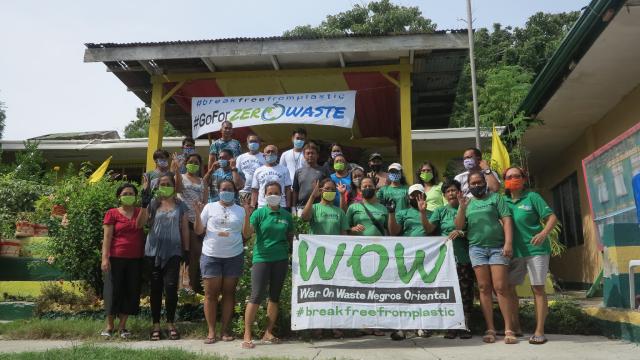 Các thành viên dự án Negros Oriental-Zero Waste Cities của tổ chức Không rác thải War On Waste (WOW).