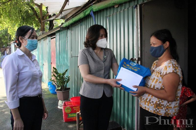 Đại diện lãnh đạo Hội LHPN Hà Nội và Viện LIGHT tặng quà, động viên các nữ lao động di cư trên địa bàn phường Phúc Xá, quận Ba Đình.