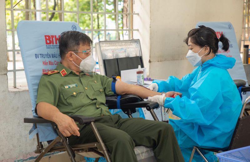 Các đồng chí lãnh đạo, cán bộ cũng tham gia hiến máu