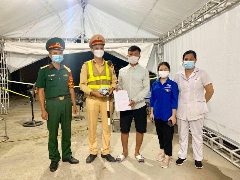 Anh Phạm Văn Hiếu nhận lại tài sản từ các cán bộ trực chốt