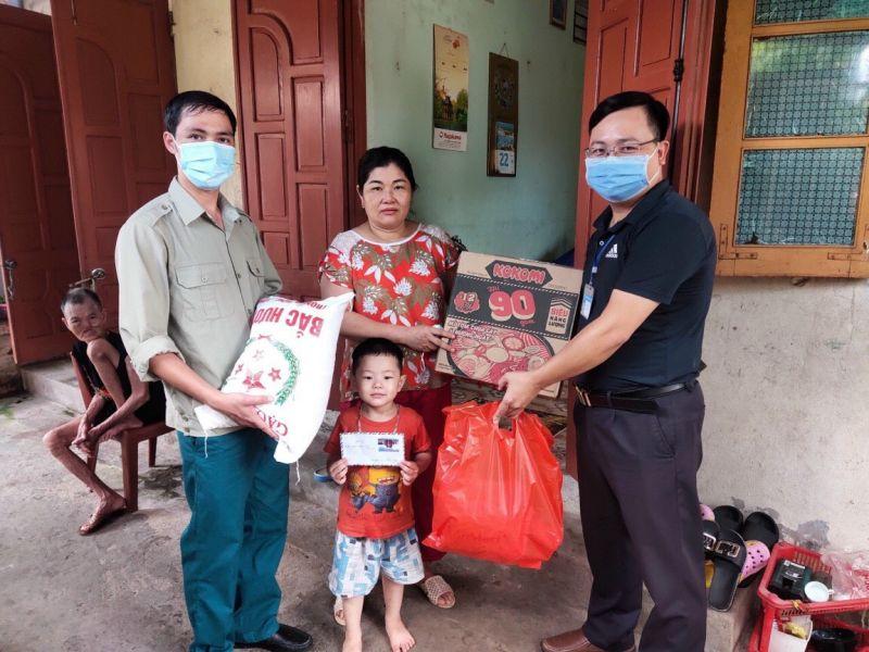 Lãnh đạo Huyện Thanh trì tặng quà cho các cháu đón tết Trung thu vui vẻ