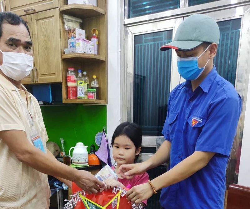 Lực lượng Đoàn Thanh niên huyện cũng đã đồng hành để trẻ em có một mùa trăng ý nghĩa