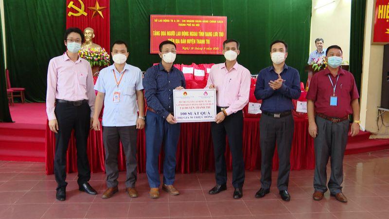 Lãnh đạo Sở Lao động Thương binh và xã hội TP Hà Nội và lãnh đạo Chi nhánh Ngân hàng Chính sách xã hội TP Hà Nội tặng quà đại diện cho các gia đình có hoàn cảnh khó khăn.