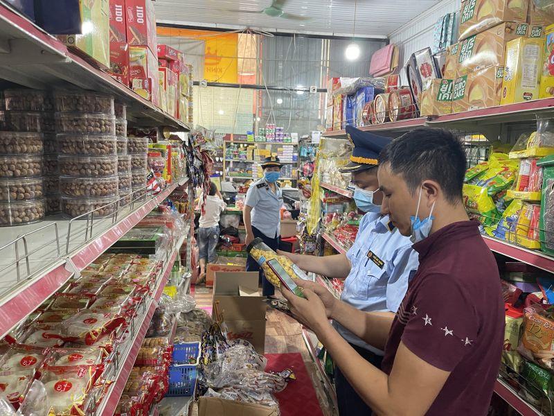 Lực lượng chức năng kiểm tra tại cửa hàng ở thành phố Thái Nguyên