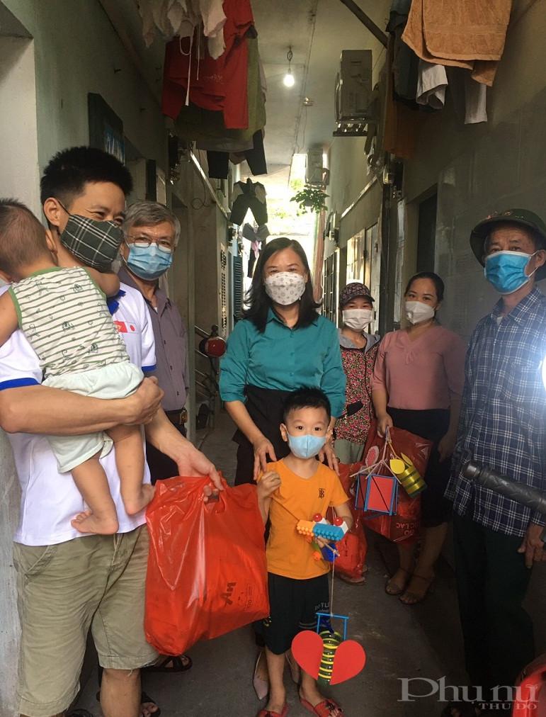 Các em nhỏ và các gia đình phấn khởi khi được nhận món quà ý nghĩa từ tổ chức Hội đến tận gia đình để trao tặng