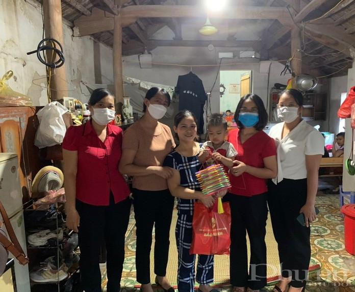 Hội PN xã Việt Hùng tặng quà và đèn lồng cho gia đình các em trên địa bàn