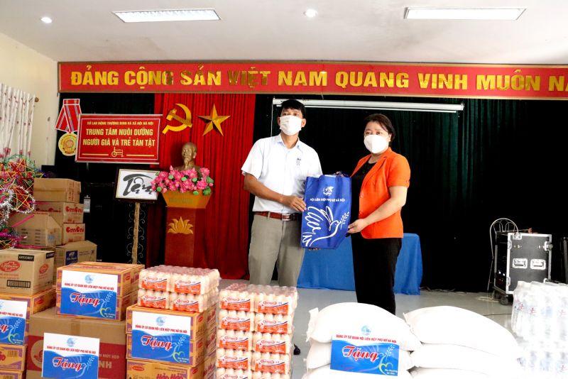Đồng chí Nguyễn Thị Thu Thuỷ, Phó Chủ tịch Thường trực Hội LHPN TP Hà Nội tặng quà cho Trung tâm