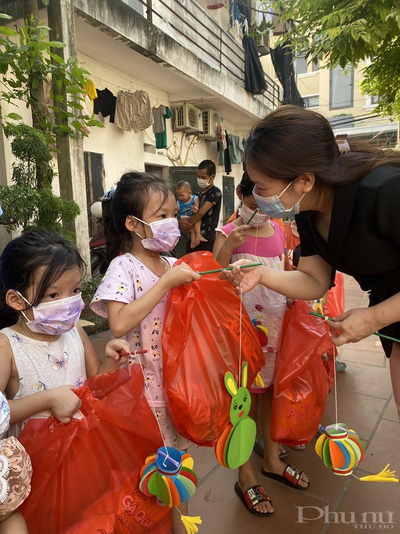 Đồng chí Nguyễn  Thị Mỹ Linh - Chủ tịch Hội LHPN huyện Đông Anh tặng quà và đèn lồng làm bằng vật liệu tái chế