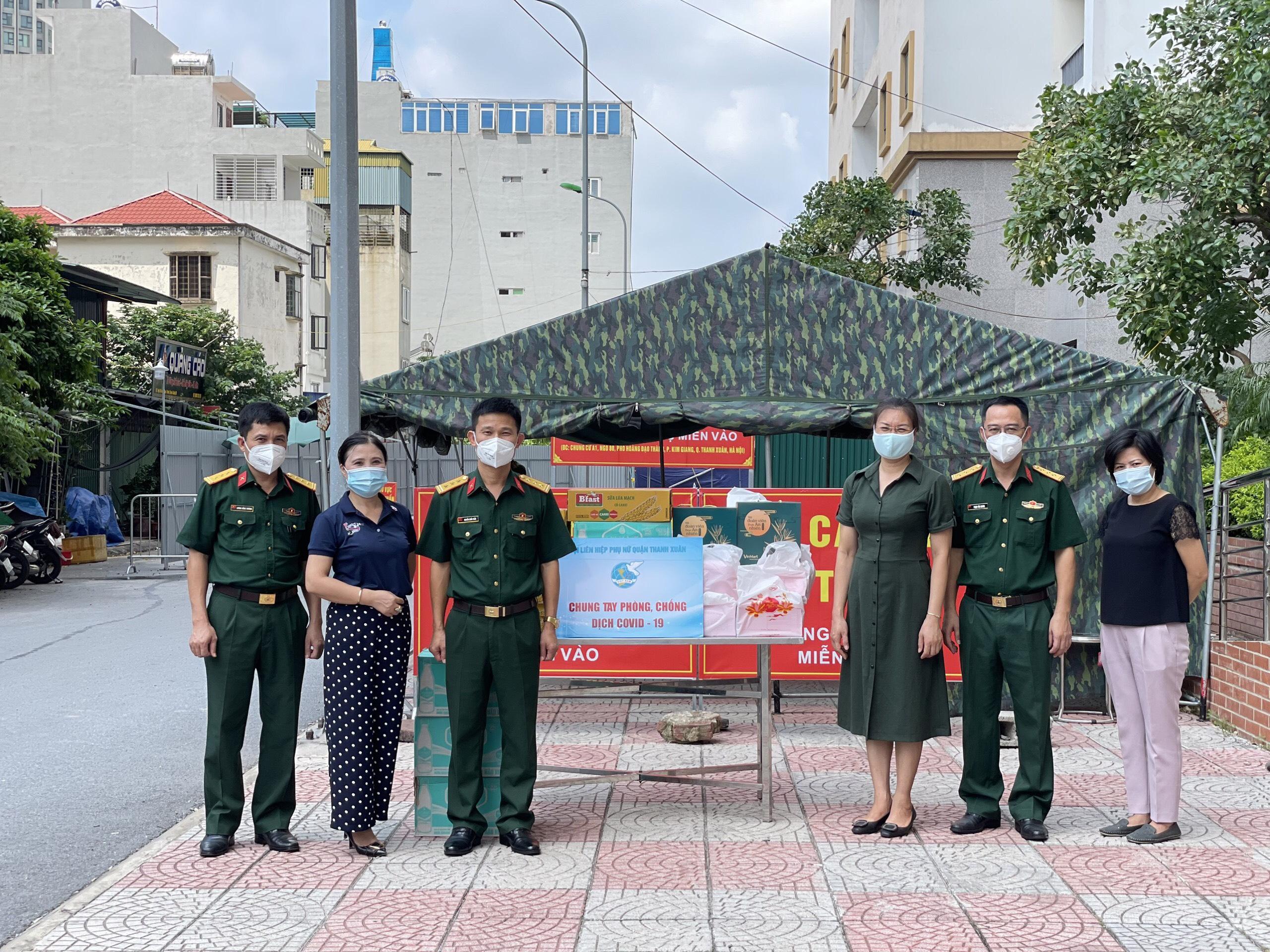Lãnh đạo Hội Liên hiệp Phụ nữ quận thăm và trao quà Trung thu tại khu cách ly A1 Kim Giang