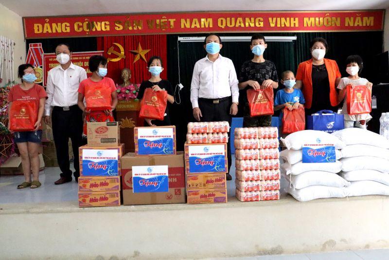 Lãnh đạo Ban dân vận Thành uỷ và Hội LHPN TP Hà Nội tặng quà cho các cháu thiếu nhi tại Trung tâm