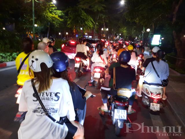 Đường Thanh Niên kẹt cứng phương tiện, di chuyển rất khó khăn. Các lực lượng dân phòng, công an cũng đã phải làm việc vất vả để nhắc nhở người dân không đỗ xe, tụ tập làm cản trở giao thông.