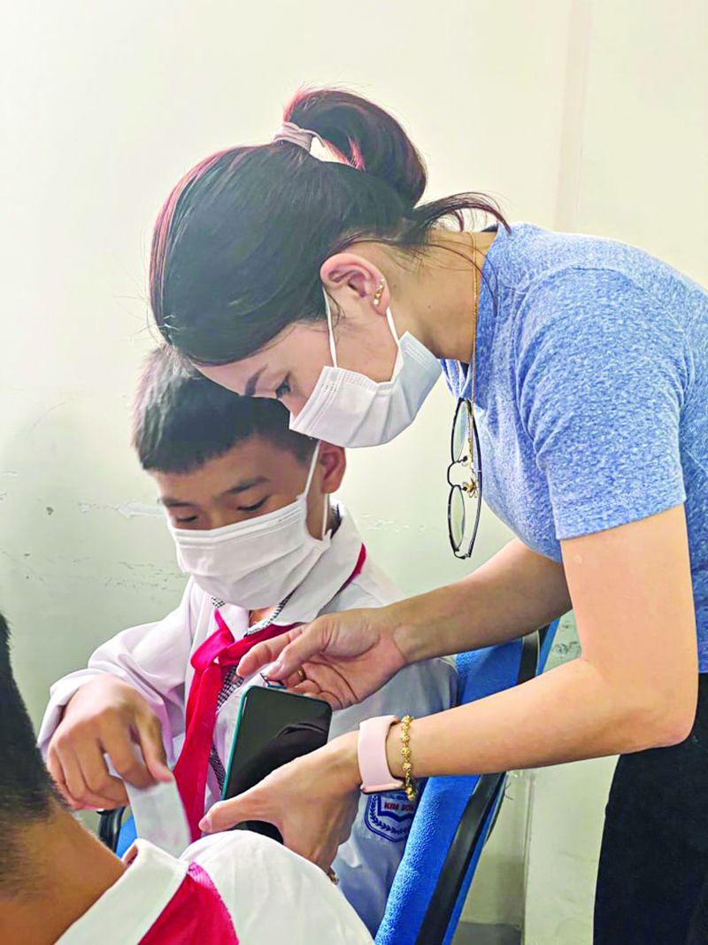 Hội Phụ nữ xã Kim Sơn, huyện Gia Lâm phối hợp tặng điện thoại hỗ trợ học trực tuyến cho học sinh khó khăn. (Ảnh: HPN)