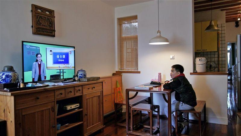 Sha Jie theo dõi bài giảng của giáo viên trên ti-vi. Ảnh: Reuters.