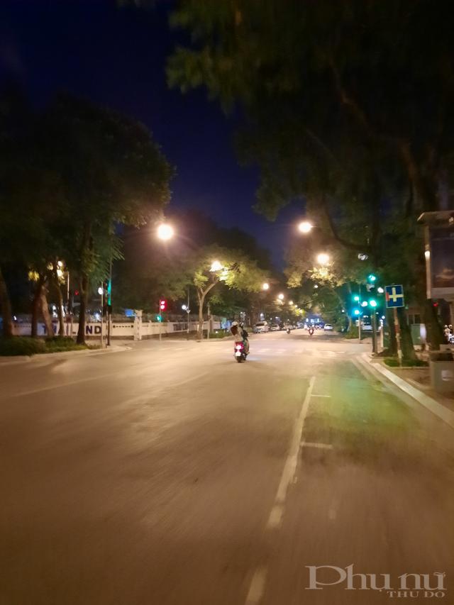 Ghi nhận lúc 10h45 tại đường Lý Thường Kiệt. Đường vắng nhưng xuất hiện nhiều tốp thanh thiếu niên đua xe, lạng lách.