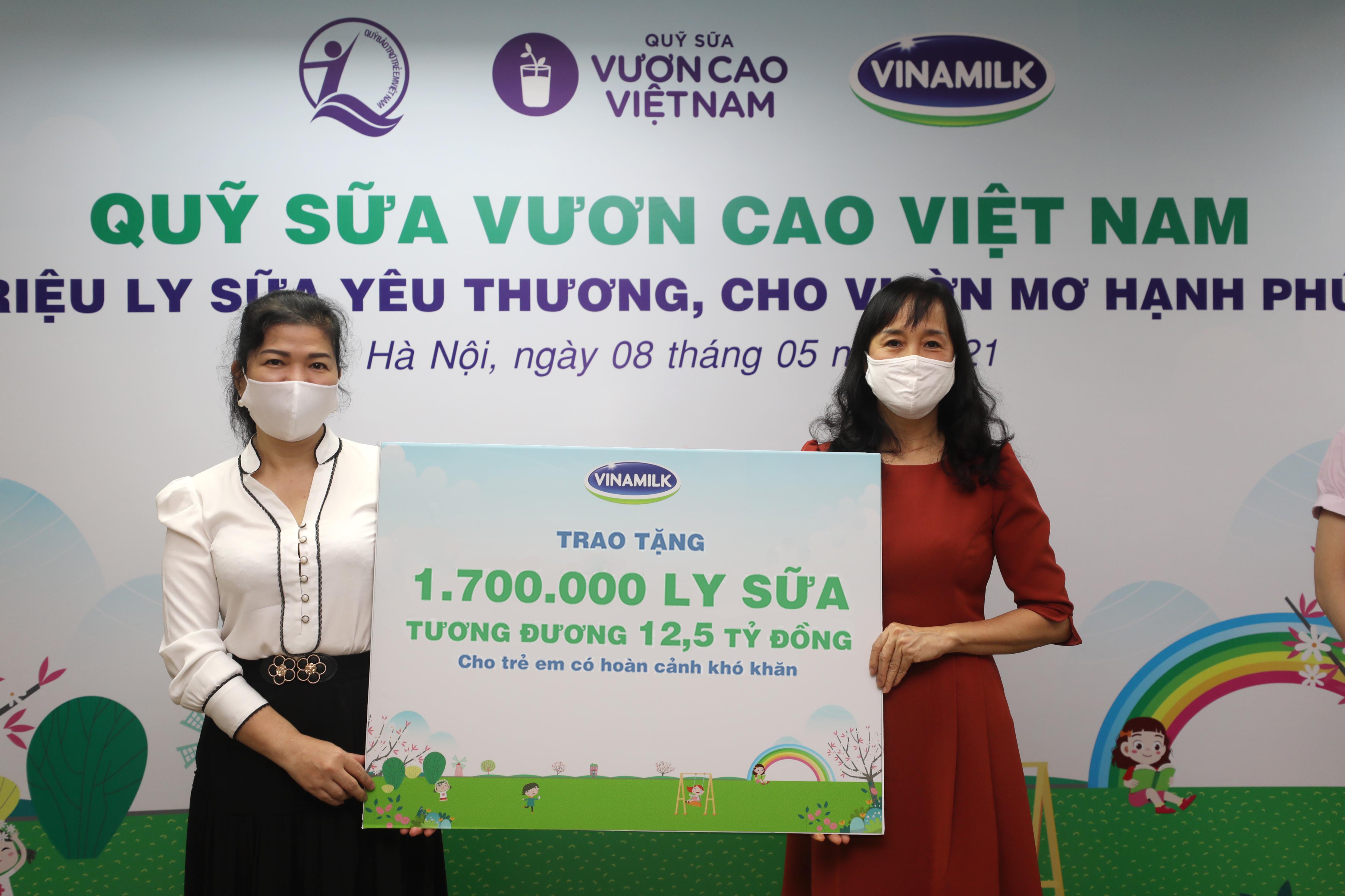 Trong năm 2020 và 2021, Vinamilk đã trao tặng tổng cộng 3,4 triệu ly sữa, tương đương 25 tỷ đồng thông qua Quỹ sữa Vươn cao Việt Nam