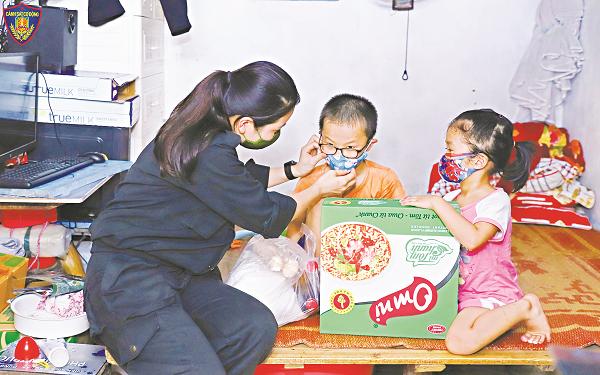 Trung úy Lương Thị Thu trao quà cho các cháu nhỏ có hoàn cảnh khó khăn