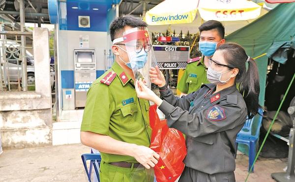 Trung úy Lương Thị Thu động viên đồng nghiệp làm nhiệm vụ tại chốt kiểm soát phòng chống dịch