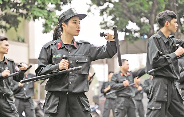 Trung úy Lương Thị Thu luyện tập cùng đồng đội